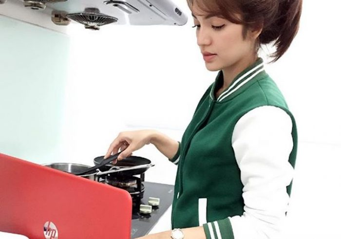 Masak Sambil Tengok Laptop, Amyra Rosli Dikecam