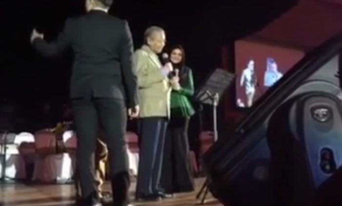 Dr M nyanyi, Siti pun terkesima